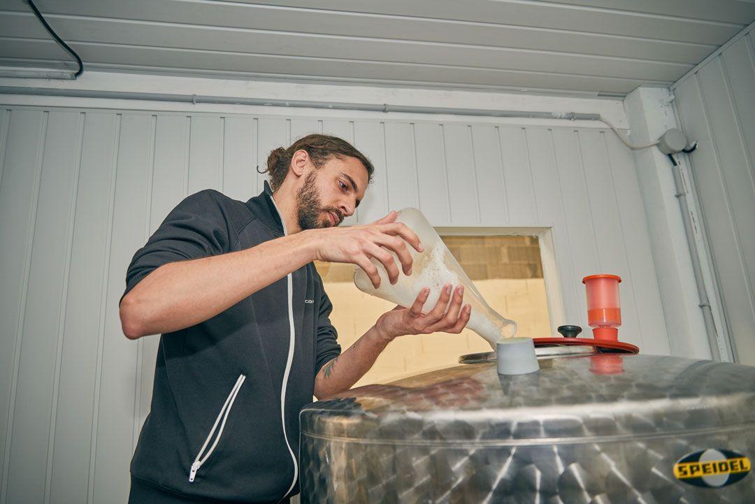 Arnoramix ensemence le fermenteur avec ses précieuses levures dans la chambre chaude (salle de fermentation)
